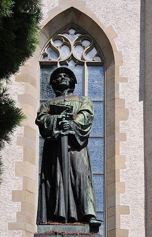 307px-Ulrich_Zwingli_Denkmal_-_Wasserkirche_-_Limmatquai_2011-08-10_11-47-50